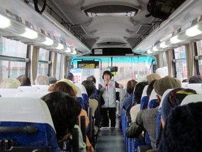 写真:バス移動中のガイド